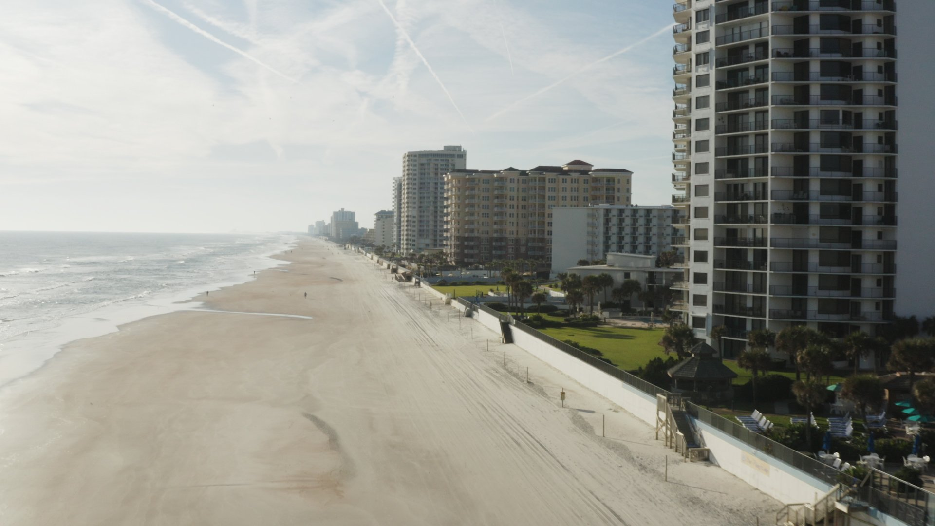 A view of the beach, sea and buildings in Daytona beach, one of the top fishing spots in Florida.